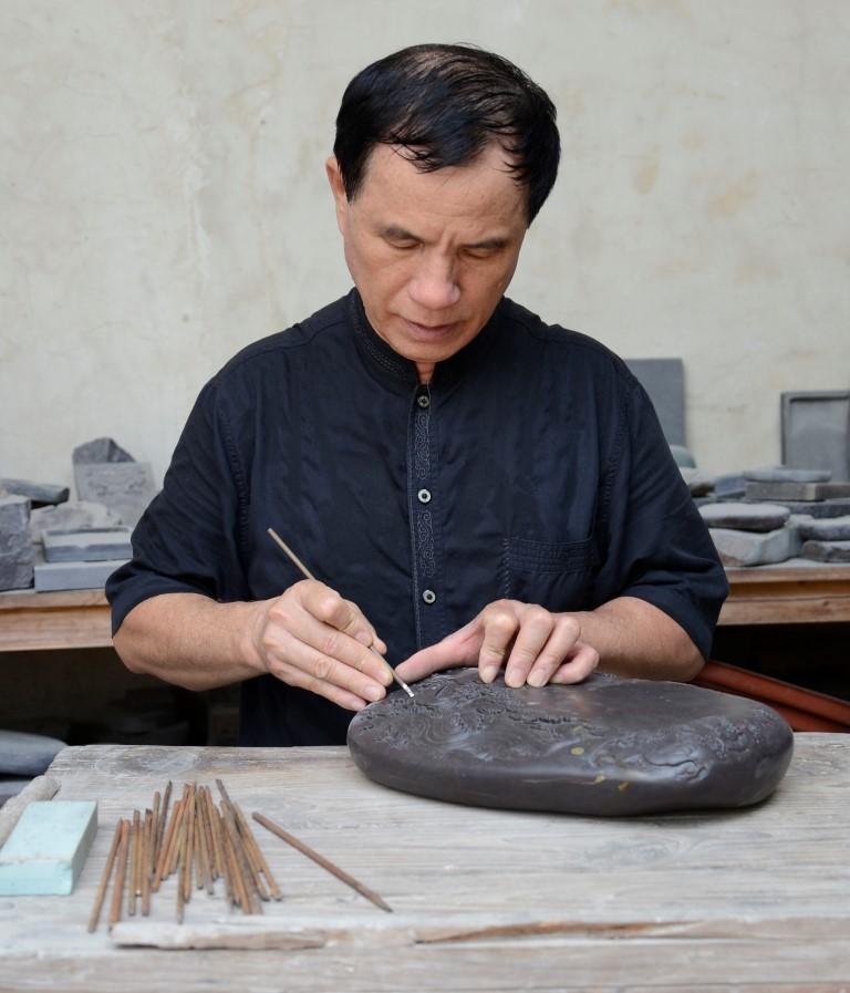 6 liang huanming au travail de gravure